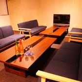 【ソファー席】青色が綺麗なおしゃれなソファー席♪テレビモニターもあるので。ゲームを楽しみながらお食事ができます☆