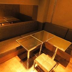 木調に茶色いシックなソファー。雰囲気がある格好良く仕上がっております。4~6名様用。