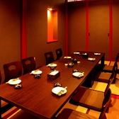 最大22名迄収容可能の個室。和の空間が広がる、ゆったりとお寛ぎ頂けます。会社宴会や接待など、大人数から少人数まで対応します。