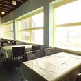 外の景色を眺めながらゆったりとお食事いただけるテーブル席。