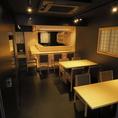 現代的な外観と共鳴するように黒で統一された店内に、光で浮き上がる檜の白木のカウンターと、テーブル席。【不易流行】のコンセプトを外観、内装にも表現いたしました。