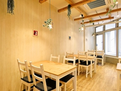 窓から光が射す明るい席は見晴らしもよく、テーブルも横長なのでゆったりと座れます。限定のテラス席もご用意しております('◇')ゞ