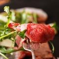 料理メニュー写真伊万里牛ロースの炙り ジャークスパイスのシーザーサラダ