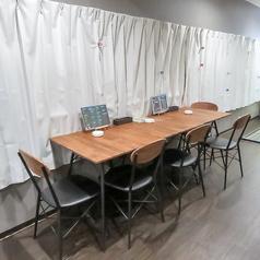 店内には2名様用のテーブル席もあります。くつろいだ時間をお過ごしください。