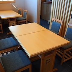 お昼は太陽の光をいっぱいに取り込むテーブル席。あたたかいあかりの中で贅沢なひと時を過ごすことができます。
