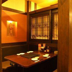 4名様テーブルです。 個室ではありませんが、落ち着いた雰囲気でお食事ができます。仲の良いご友人や仕事仲間と楽しいひと時をお過ごしください。※画像は系列店