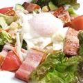 料理メニュー写真温玉シーザーサラダ(厚切りベーコンのせ)