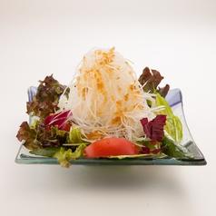 料理メニュー写真野菜たっぷりサラダ