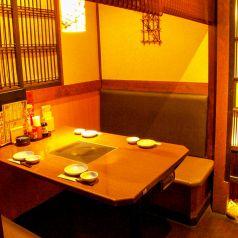 4名様テーブルです。スタンダードな席ではありますが、気の合う方とお食事をするには最適です。二次会や女子会にもぜひご利用くださいませ ※画像は系列店
