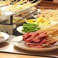 バイキングコーナーから自分でお好きな串を選んで、そのままテーブルで串を揚げることができます!!各テーブルにフライヤーが付いているので、いつでもアツアツの串かつを味わえます♪子供から大人まで楽しめること間違いなしです☆串かつを食べて盛り上がりましょう♪揚げ放題×食べ放題×飲み放題で楽しいひとときです!