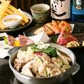 【芋蔵流牛もつ鍋】新鮮ぷりぷりの牛ホルモンを使った芋蔵こだわりのもつ鍋を是非。鶏がらスープがベースの、あっさりとした上品な味わいの「塩」、九州産麦味噌、京都西京味噌、2種類の味噌を独自配合した「味噌」、長崎県産飛魚をじっくり煮だしたあご出汁醤油を使用した「醤油」の3種類の中からお好きなスープでそうぞ!