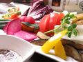 料理メニュー写真彩り野菜の草原バーニャカウダー アンチョビオイルとサルサソース