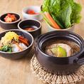 【自慢の味】韓国の薬膳料理で有名なサムゲタン♪滋養強壮、弱った胃腸を整えてくれるサムゲタンは高麗人参、なつめ、にんにく、コクの実など体に嬉しい食材が詰まっています。また、物販コーナーでも販売しているのでご家庭でもお気軽にお試しいただけます。