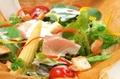 料理メニュー写真温泉卵のシーザーサラダ