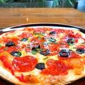 料理メニュー写真サラミとオリーブのピザ