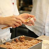 京鼎樓の小籠包は熟練した点心師が餡・皮ともに一からお店で手作りしています。美味しさの秘訣は超薄皮で包んだコラーゲンたっぷりの豊潤スープと豚肉の餡中が透けて見えるほど超薄皮ですので、ジュワッと口の中に広がる豚肉の餡とスープが織り成す繊細な味わいを存分にご堪能ください。