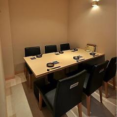 テーブル席の個室もご用意しております。周囲を気にせずゆっくりお過ごしいただける造りのお部屋となっておりますので、接待やご家族でのお食事、ご友人同士での小規模なご宴会などにもご利用頂けます。高級感漂う店内で贅沢な夜を…