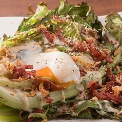 料理メニュー写真温玉のせ焼きシーザーサラダ