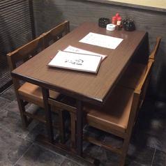2階のテーブル席は4卓あり。足の不自由な方や椅子席ご希望の方がいらっしゃいましたら、ご予約時にお申し付け下さいませ。