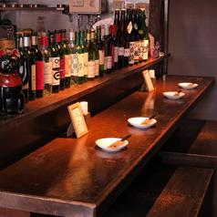 ベンチタイプのカウンター席はカップルでも◎!目の前にはオープンキッチンの厨房が見えます!スタッフとの会話も気軽に出来るお席です(^^)お一人様でのご来店もご安心ください!