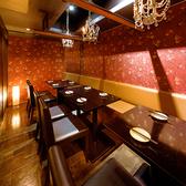 表情が異なる席を豊富に用意。シーンに合わせてご利用下さい。ダウンライトが優しく包み込む大人数のお客様向けのお席です。駅チカ好アクセスの個室居酒屋◎