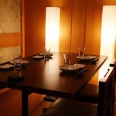 2名様からご利用いただけるテーブル席の個室。靴を脱ぐ面倒はありません。落ち着いた雰囲気の内装で、大人の宴会やデートにもおすすめ。少人数でも、個室でゆったりとお過ごしいただけます。