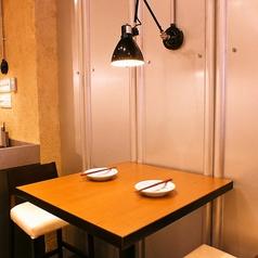 和食デートにぴったりな空間。スポットライトの優しい光が照らします。