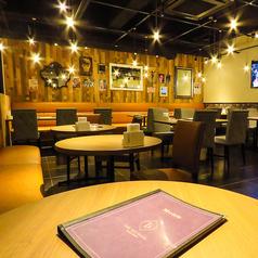 広々としたフンフロアの空間。少人数で使えるテーブル席が豊富です。