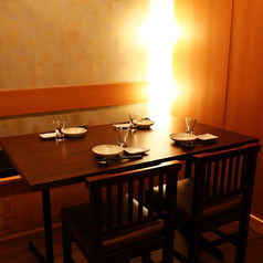 落ち着いた内装でくつろぎを感じる店内。清潔感のあるテーブル席は2名様からご利用頂けます。デート、女子会、会社のお仲間や友人との飲み会にどうぞ!