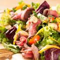料理メニュー写真ローストビーフとガーリックチップの岩塩サラダ