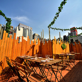 リゾート風の店内が大人気!世界各国のクラフトビールを飲むことができます。新宿でナンバーワンの品揃えです♪開放的なハワイアンビアガーデンをお楽しみください!