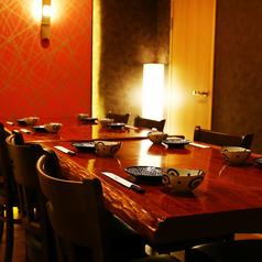 落ち着いた内装でくつろぎを感じる店内。8名様向けのテーブル席の個室は間接照明が雰囲気ある個室空間です。。歓迎会、送別会、同窓会、誕生日会など各種ご宴会に最適です。お気軽にお問い合わせください!
