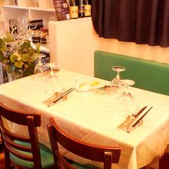 ご家族でのお食事や女子会にもピッタリなテーブル席。記念日や誕生日会は勿論、久しぶりに会う方との気兼ねないお食事も当店のカジュアルな雰囲気がピッタリです。