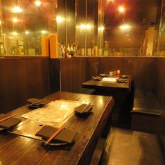 2名様用×1・4名様用×1・5名様用×1ございます。他3名様用×1で半個席ございます。奥のテーブルは、ミラー席!夜の雰囲気は、独特の雰囲気を醸し出しています!