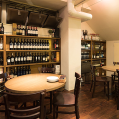 ズラッと並ぶワイン棚を目の前に…大人な雰囲気の店内でごゆっくりとお愉しみください。 【肉/女子会/誕生日/ワイン/貸切/飲み放題/デート/バル/イタリアン/チーズ/宴会/ランチ】