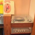 昭和30年代のレコードをたくさん揃えております。懐かしの音楽と一緒に美味しいおばんざいをお楽しみください。リクエストにもお応えできますので、お気軽にお申し付けくださいね。