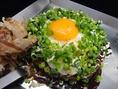 【スタミナ焼き980円】たっぷり青ネギと、目玉焼き!中にはキムチ、ニラが入っています