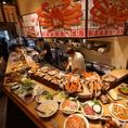 カウンターにずらりと並ぶ蟹や一品料理♪