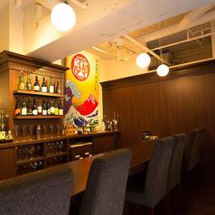 バックバーに並ぶ日本酒のボトルを眺めながらゆったり過ごせるカウンター席♪落ち着いたカウンターはデートに最適☆