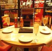 4名様掛けのテーブルが店内の雰囲気をいっそう引き立てます。