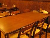 【テーブル席】木目の落ち着いた雰囲気の店内