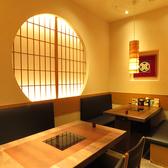 テーブル席も落ち着いた雰囲気で大人の空間。お料理と焼酎を愉しむには最適の環境です。