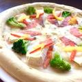 料理メニュー写真【クリームソース】 サーモンとカマンベールチーズのピザ (ハーフ/23cm)