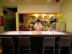 雰囲気抜群のカウンター席。料理人の職人技を見ながらの食事をお楽しみください。