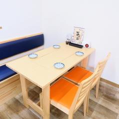ゆったりくつろげる4名様の片側ソファー席が5テーブルございます!!