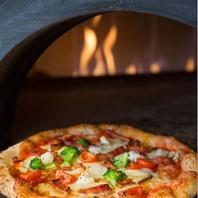 自慢の石窯で焼き上げる手作りピッツァ!