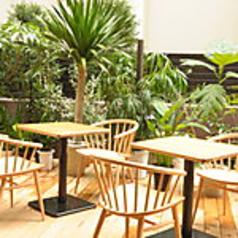 テラス席ございます。4名様用テーブルをご用意しております。心地よい風を感じながら、ブレイクタイムをお楽しみください♪