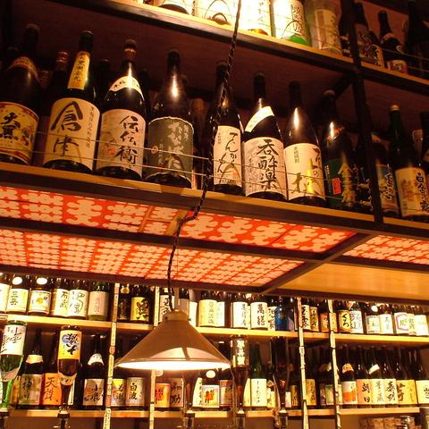 所狭しと並ぶ焼酎の瓶。店長自らが選ぶおすすめの焼酎はなんと300種類以上の品揃え。