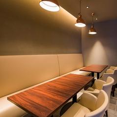 ゆったりとしたソファ席。落ち着いた空間でお食事をお楽しみ頂けます。