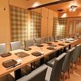 団体ご宴会には広いテーブル席にご案内致します。最大24名様までのご利用が可能な名がテーブルのお席は、各シーズンのご宴会に最適です。全員が横一列に並べるタイプのお席ですので、会食や顔合わせなどのかしこまった場にもご利用いただけます。広々とした完全個室の空間でご宴会をお楽しみください。